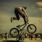 Zdjęcie przedstawia wyczyn rowerowy