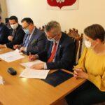 Umowę na doposażenie jednostki OSP w Szymanowie podpisują marszałek Województwa Mazowieckiego Adam Struzik i zastępca wójta Gminy Teresin Marek Jaworski