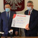 Marszałek Województwa Mazowieckiego Adam Struzik i zastępca wójta Gminy Teresin Marek Jaworski z voucherem na wsparcie OSP Szymanów