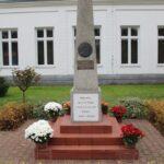 """Pomnik - obelisk Józefa Piłsudskiego. W postaci obelisku został postawiony w 1928 w 10. rocznicę Odzyskania Niepodległości. W górnej części obelisku jest umieszczone okrągłe płaskie popiersie Józefa Piłsudskiego. W dolnej części został wyryty napis: """"I WOLNEJ OJCZYŹNIE POBŁOGOSŁAW PANIE 1918 – 1928 r."""""""