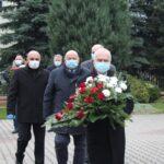 Kwiaty pod obeliskiem Józefa Piłsudskiego składają: przewodniczący Rady Gminy Bogdan Linard, wójt Marek Olechowski, radny Hubert Konecki oraz sołtys Robert Ziomski