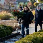 Kwiaty składają przedstawiciele Stowarzyszenia ,,Teresin – Nasze Korzenie''