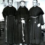 Autor pierwszej okładki Rycerza Niepokalanej br. Efrem z Kcyni Kapucyn ( w środku)