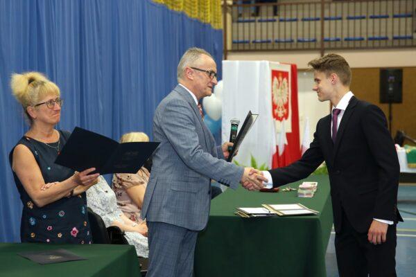 Dyrektor Joanna Kornacka i Pan Bogusław Bęzel wręczają stypendia