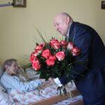 Wójt Marek Olechowski składa Jubilatce życzenia 200 lat życia