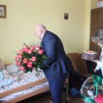 Dostojna Jubilatka otrzymała w prezencie list gratulacyjny, urodzinowy tort, kosz słodkości oraz bukiet róż