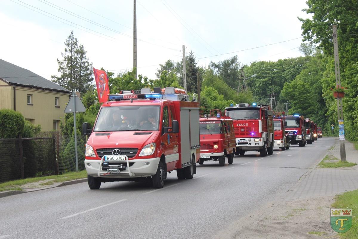 Parada wozów strażackich na ulicach Teresina