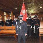 Poczty sztandarowe do niepokalanowskiej kaplicy wprowadził komendant gminny OSP dh Dariusz Tartanus