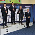 Prezes Mazowieckiego Okręgowego Związku Zapaśniczego Ryszard Niedźwiedzki z pucharem za zwycięstwo Mazowsza w klasyfikacji województw