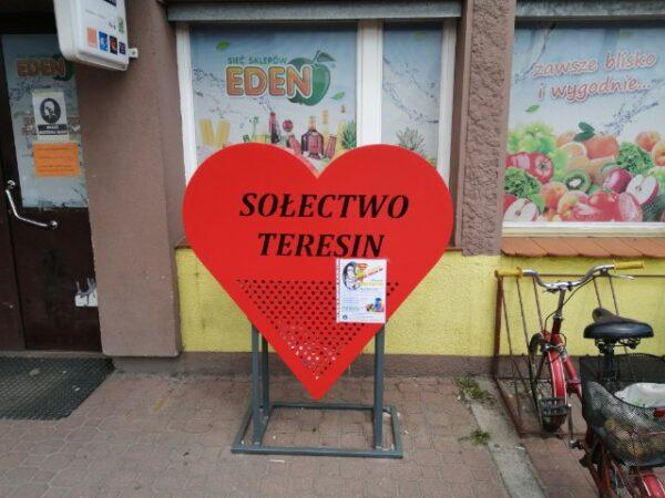 Specjalny kosz w kształcie serca pojawił się przed sklepem FUKS w Teresinie u zbiegu ulic Szymanowskiej i Rynkowej