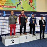 Trener LKS Mazowsze Teresin Sławomir Rogoziński z pucharem za zwycięstwo w klasyfikacji klubowej