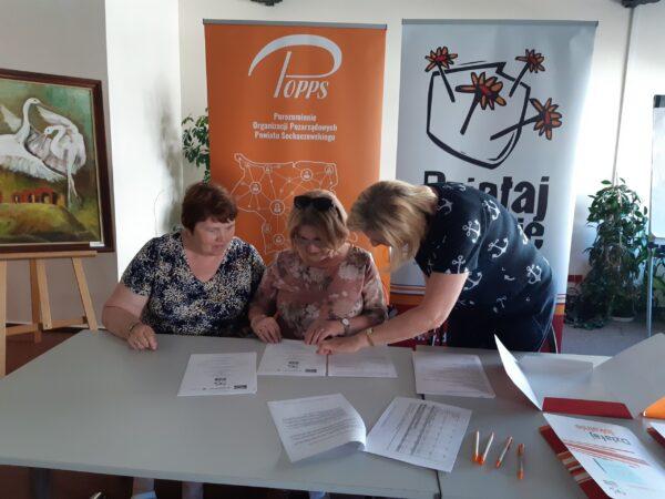 Umowę podpisały prezes Henryka Jaworska, sekretarz Bożena Dentko -Radosna Jesień oraz Agnieszka Ptaszkiewicz -prezes zarządu Porozumienia Organizacji Pozarządowych Powiatu Sochaczew