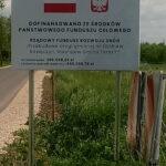Tablica informacyjna zlokalizowana przy remontowanej drodze