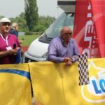 Wójt Marek Olechowski jako honorowy starter 1. etapu Wyścigu Dookoła Mazowsza