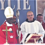 14 sierpnia Mszy św. na ołtarzu polowym o godz. 11.00 przewodniczył kard. Robert Sarah (fot. NiepokalanówTV)
