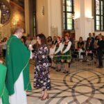 Dar ofiarny w postaci świecy złożyła przedstawicielka sołectwa Seroki Wieś