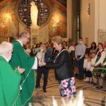 Dar ofiarny w postaci nalewek złożyła reprezentantka sołectwa Skrzelew