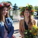 Dziewczęta z sołectwa Granice przybyły na Święto Plonów w kolorowych, kwietnych wiankach