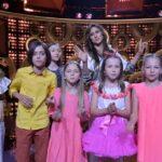 """Julia Kołodziejak (druga od prawej) i uczestnicy 2. odcinka programu """"Szansa na sukces. Eurowizja Junior2021"""""""