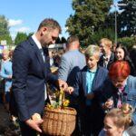 Starosta dożynkowy Damian Kacprzak częstował najmłodszych uczestników Święta Plonów słodkimi upominkami