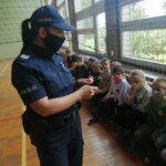 O bezpiecznym poruszaniu się po drogach opowiadała dzieciom dzielnicowa sierż. sztab. Anna Opęchowska - Ciak