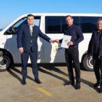 Przedstawiciele LKS Mazowsze Teresin odebrali z rąk wiceprezesa Fundacji LOTTO busa, którym będą mogli podróżować na zawody sportowe